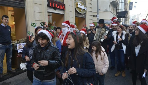 Istanbulin kristityt juhlivat joulua Istiklal Caddesi -kävelykadulla